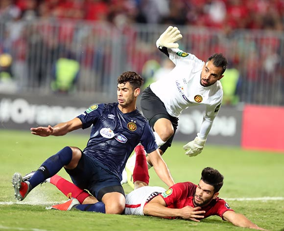 epa07137845 Walid Azaro (R) of Al Ahly fights for the ball with  goal keeper Moez Ben Cherifia  (C) and Chamseddine Dhaouadi  of ES Tunis during the CAF Champions League final 1st leg match between Al Ahly and ES Tunis at Borg Al Arab Stadium in Alexandria, Egypt, 02 November 2018.  EPA/KHALED ELFIQI