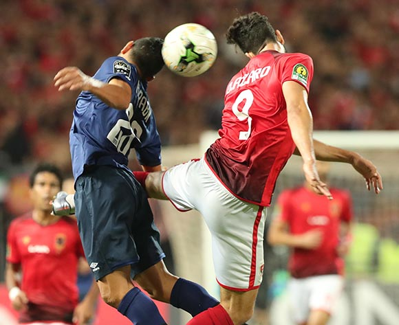 epa07137938 Walid Azaro (R) of Al Ahly fights for the ball with Ghaylen Chaaleli   of ES Tunis during the CAF Champions League final 1st leg match between Al Ahly and ES Tunis in Alexandria, Egypt, 02 November 2018.  EPA/KHALED ELFIQI
