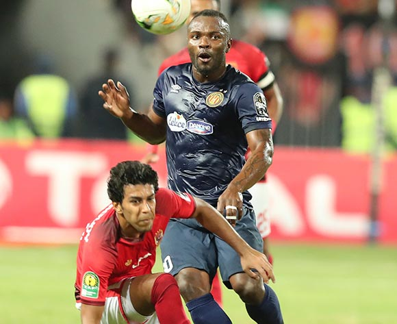 epa07137939 Ahmed Hamoudy  (L) of Al Ahly fights for the ball with Franck Kom  of ES Tunis during the CAF Champions League final 1st leg match between Al Ahly and ES Tunis in Alexandria, Egypt, 02 November 2018.  EPA/KHALED ELFIQI