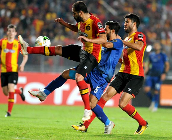 epa07154593 ES Tunis's Sameh Derbali (L) in action against Al-Ahly's Islam Elsaid Mohareb (C) during the CAF Champions League final 2nd leg match between ES Tunis and Al Ahly at the Stade Olympique de Rades in Tunis, Tunisia, 09 November 2018.  EPA/LAHBIBI SALAH