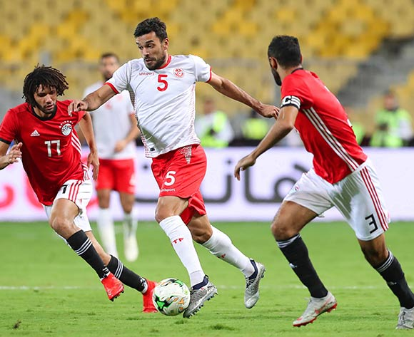 epa07170626 Tunisia's Oussama Haddadi (C) in action against Egyptian players Mohamed Elneny (L) and Ahmed Elmohamady (R) during the Africa Cup of Nations (AFCON) 2019 qualifying soccer match between Egypt and Tunisia in Alexandria, Egypt, 16 November 2018.  EPA/KHALED ELFIQI