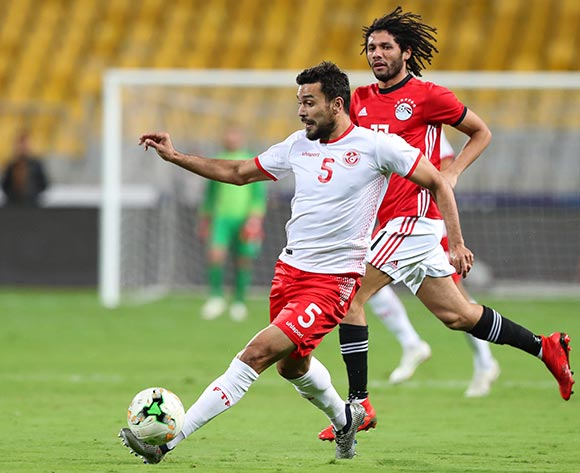 epa07170632 Tunisia's Oussama Haddadi (L) in action against Egyptian players Mohamed Elneny (R) during the Africa Cup of Nations (AFCON) 2019 qualifying soccer match between Egypt and Tunisia in Alexandria, Egypt, 16 November 2018.  EPA/KHALED ELFIQI