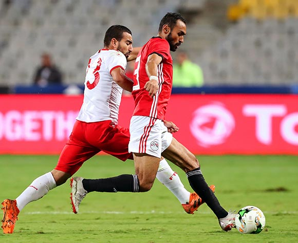 epa07170633 Tunisia's Naim Sliti (L) in action against Egyptian players Mohamed Elneny (R) during the Africa Cup of Nations (AFCON) 2019 qualifying soccer match between Egypt and Tunisia in Alexandria, Egypt, 16 November 2018.  EPA/KHALED ELFIQI