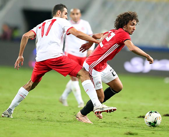 epa07171116 Egypt's Amr Warda (R) in action against Tunisia's Ellyes Skhiri (L) during the Africa Cup of Nations (AFCON) 2019 qualifying soccer match between Egypt and Tunisia in Alexandria, Egypt, 16 November 2018.  EPA/KHALED ELFIQI