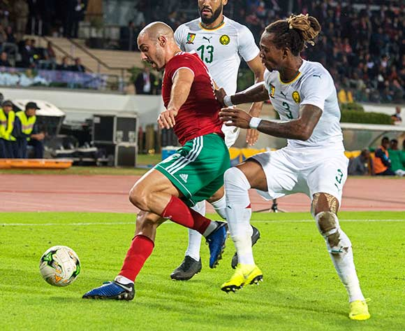 epa07171262 Morocco's Noureddine Amrabat (L) in action against Cameroon's Gaetan Bong (R) during the Africa Cup of Nations (AFCON) 2019 qualifying soccer match between Morocco and Cameroon in Casablanca, Morocco, 16 November 2018.  EPA/JALAL MORCHIDI