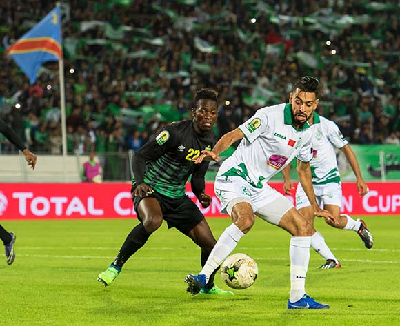 epa07190054 Raja Club Athletic's Mahmoud Benhalib (R) in action against AS Vista Club's Mukoko Tonombe (C) during the CAF Confederation Cup final first leg, soccer match between Raja Club Athletic and AS Vita Club at Mohamed V Stadium in Casablanca, Morocco, 25 November 2018.  EPA/JALAL MORCHIDI