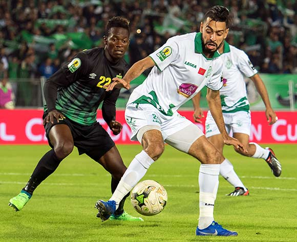 epa07190059 Raja Club Athletic's Mahmoud Benhalib (R) in action against AS Vista Club's Mukoko Tonombe (L) during the CAF Confederation Cup final first leg, soccer match between Raja Club Athletic and AS Vita Club at Mohamed V Stadium in Casablanca, Morocco, 25 November 2018.  EPA/JALAL MORCHIDI