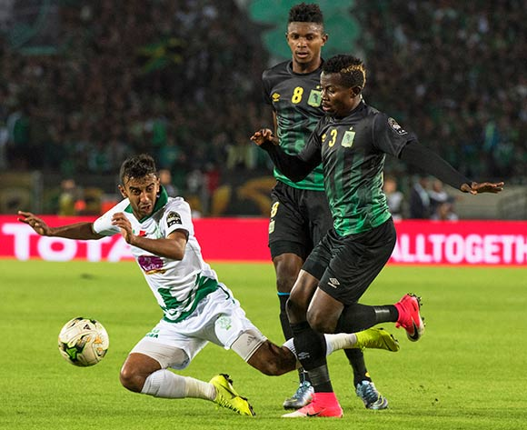 epa07190081 Raja Club Athletic's Omar Boutayeb (L) in action against AS Vista Club players Fabrice Luamba Ngoma (C) and Djuma Shabani (R) during the CAF Confederation Cup final first leg, soccer match between Raja Club Athletic and AS Vita Club at Mohamed V Stadium in Casablanca, Morocco, 25 November 2018.  EPA/JALAL MORCHIDI