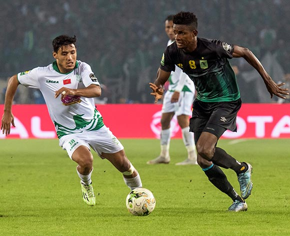 epa07190120 Raja Club Athletic's Abdelilah Hafidi (L) in action against AS Vista Club's Fabrice Luamba Ngoma (R) during the CAF Confederation Cup final first leg, soccer match between Raja Club Athletic and AS Vita Club at Mohamed V Stadium in Casablanca, Morocco, 25 November 2018.  EPA/JALAL MORCHIDI