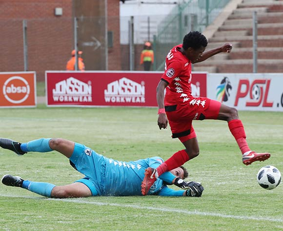 Mokete Mogaila of Highlands Park evades challenge from Darren Keet of Bidvest Wits to score during the Absa Premiership 2018/19 football match between Highlands Park and Bidvest Wits at Makhulong Stadium, Tembisa on 09 February 2019 ©Gavin Barker/BackpagePix