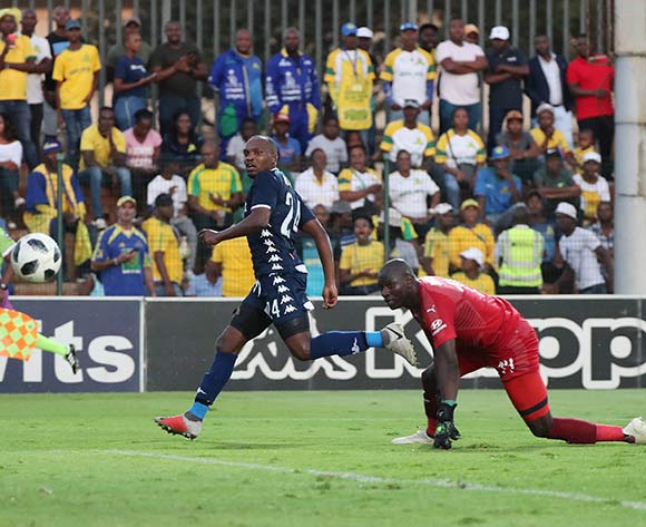 Gift Motupa of Bidvest Wits scores past Dennis Onyango of Sundowns during the Absa Premiership 2018/19 football match between Bidvest Wits and Mamelodi Sundowns at Bidvest Stadium, Johannesburg  on 23 February 2019 ©Gavin Barker/BackpagePix
